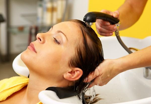 Como lavar os cabelos em casa