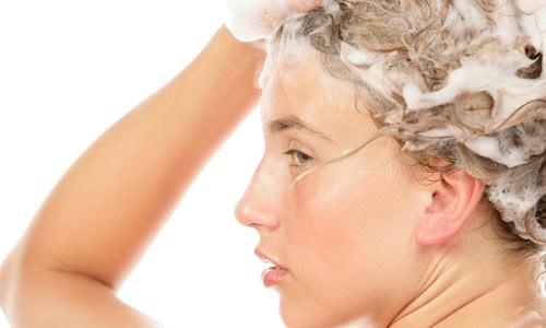 Para acabar com caspa Não deixe de lavar a cabeça