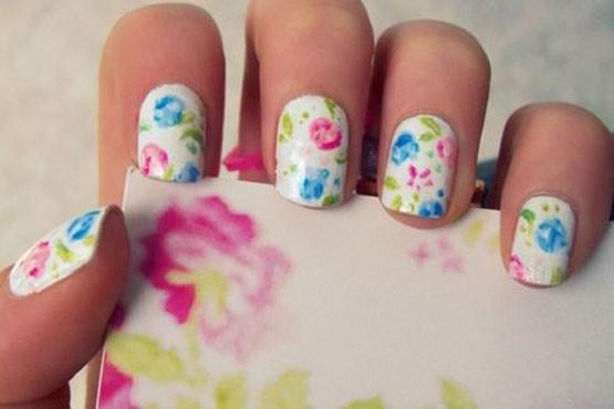 Unhas com estampa floral