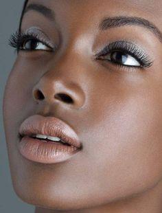 detalhes dos olhos em uma maquiagem para negras