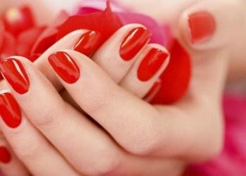 Unhas pintadas com esmalte vermelho