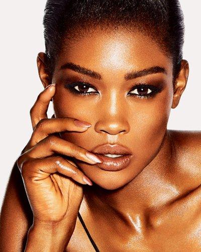 mulher negra com Esmalte Nude