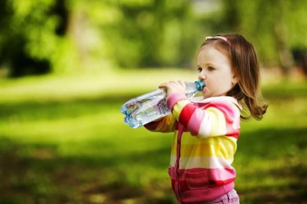Beba muita água para uma alimentação correta no calor