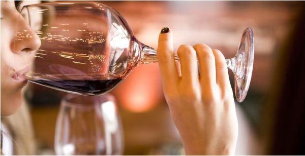 Abusar das bebidas alcoólicas causa rugas