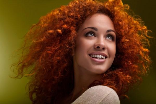 foto de mulher com cabelo cacheado ruivo