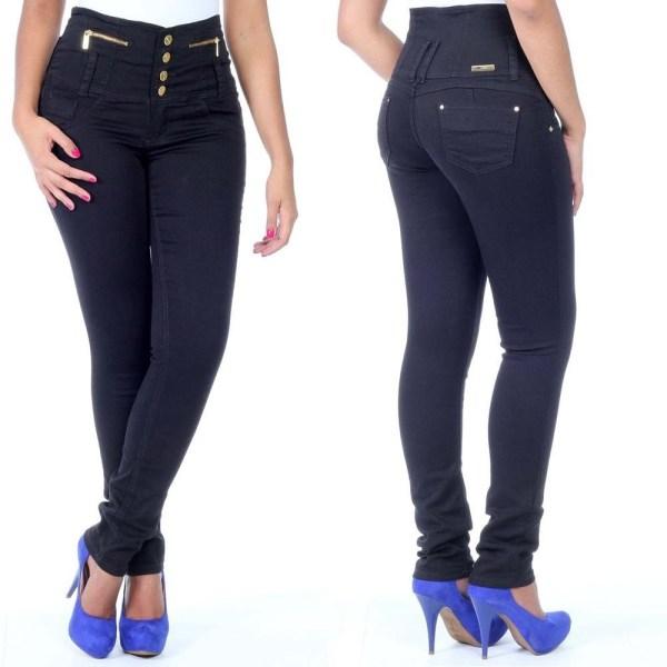Calça de cintura alta entre as peças de roupa para disfarçar os defeitos