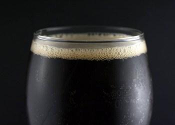 cerveja para eliminar o frizz do cabelo