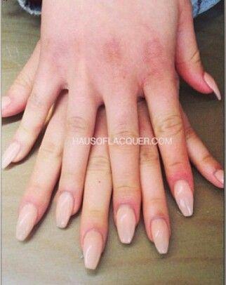 foto de mãos com unhas squoval
