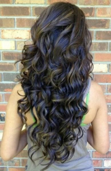 jovem mulher com cabelo longo