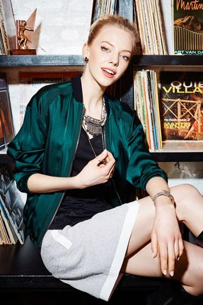 mulher com jóia