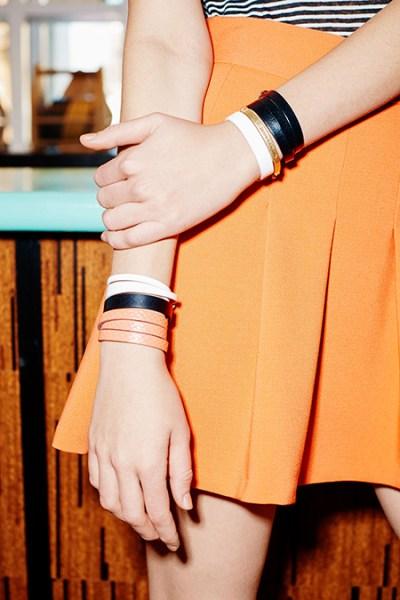 mulher com várias pulseiras