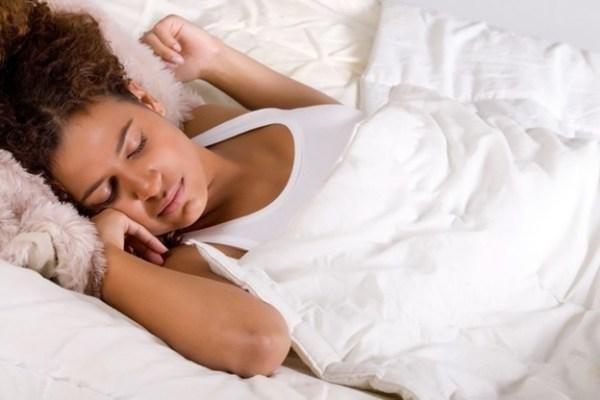mulher de cabelo cacheado dormindo