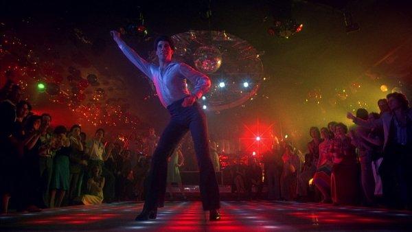 John Travolta chamando todos para dançar os embalos sábado à noite