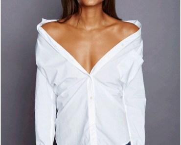 Camisa branca de ombro para fora