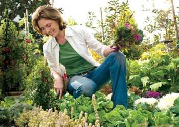 Mulher cultivando hortas e jardins caseiros