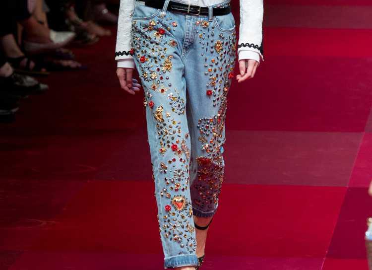 Jeans com Bordados e Pedrarias