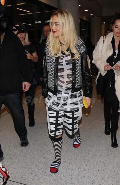 Rita Ora usando chinelos de tira larga