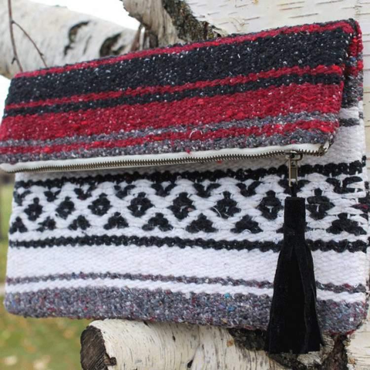 Reinvente um cobertor e transforme-o em uma bolsinha de mão