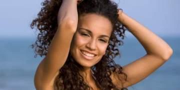 como manter os cabelos crespos sem frizz na praia
