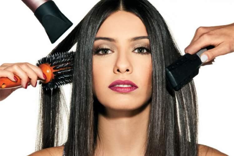 mulher alisando os cabelos
