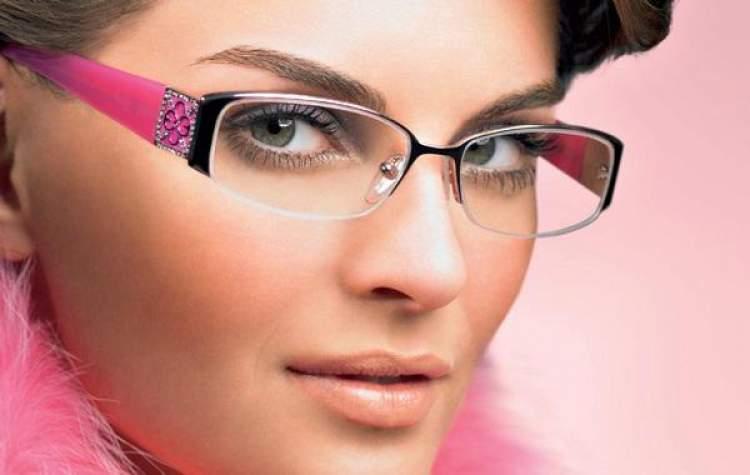 mulher de óculos usando maquiagem bonita