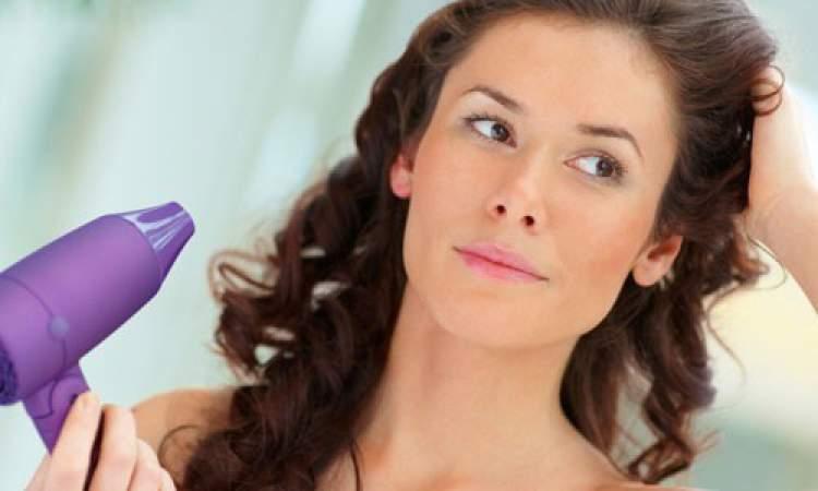 secando os cabelos ondulados