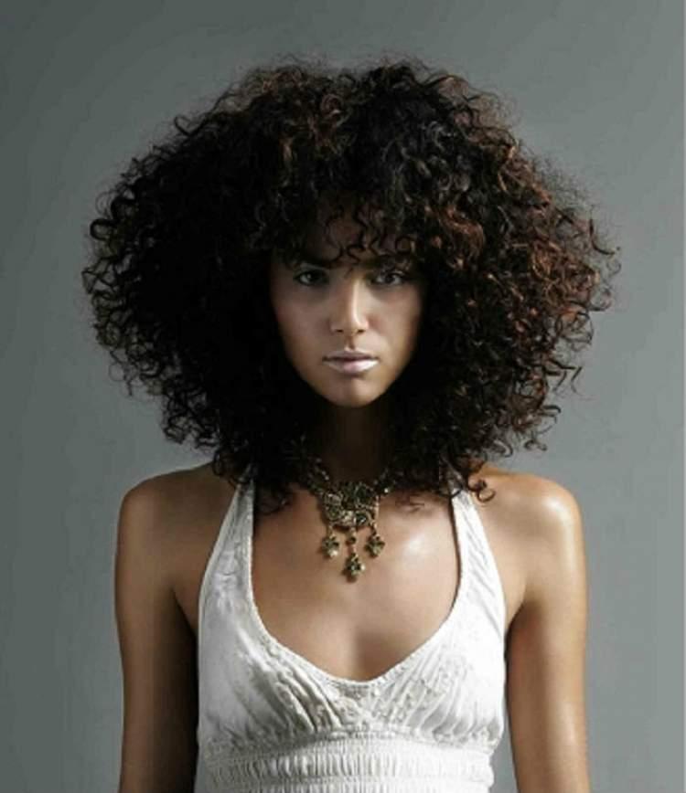 cabelo cacheado com franja