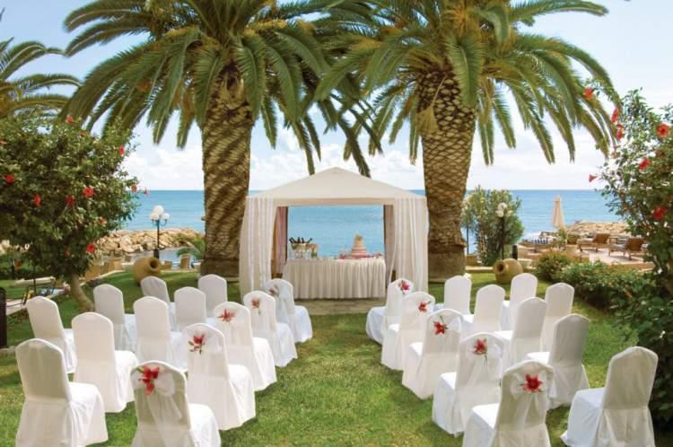 Use a natureza como decoração de casamento ao ar livre