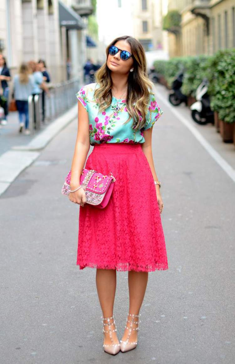 blusa floral com saia vermelha