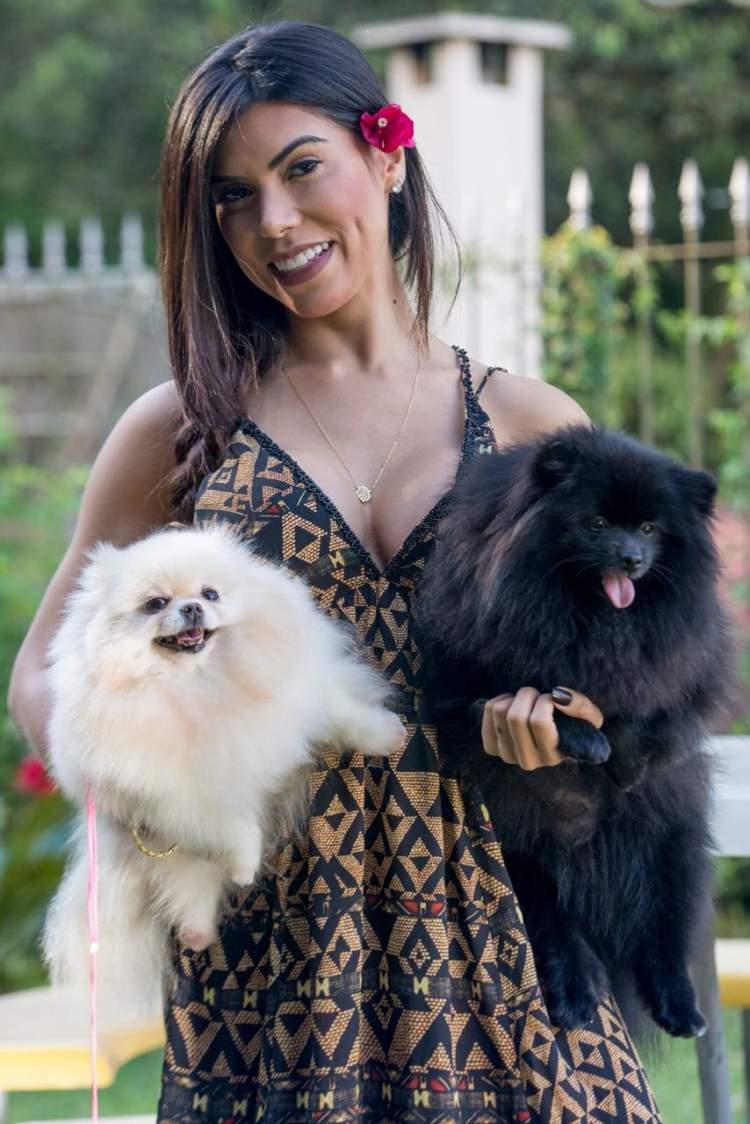 Priscila Rocha com dois cãezinhos