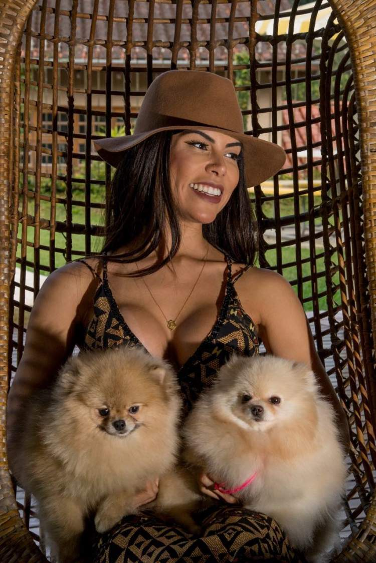 Priscila Rocha descansando com os cãezinhos