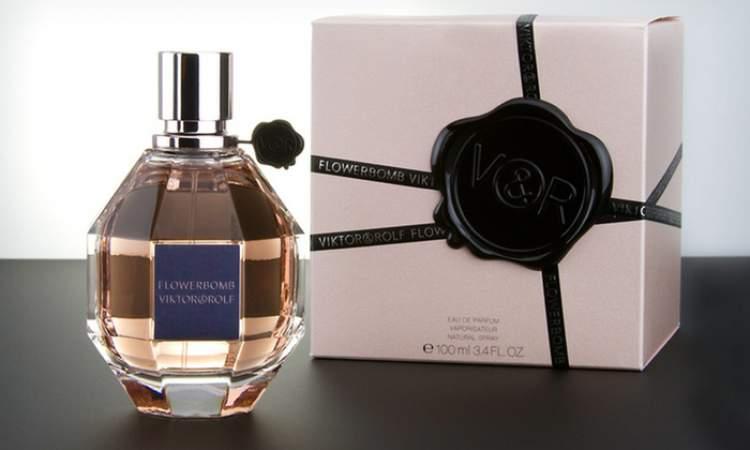FlowerBomb Eau de Spray de Viktor & Rolf é um dos melhores perfumes para mulheres românticas