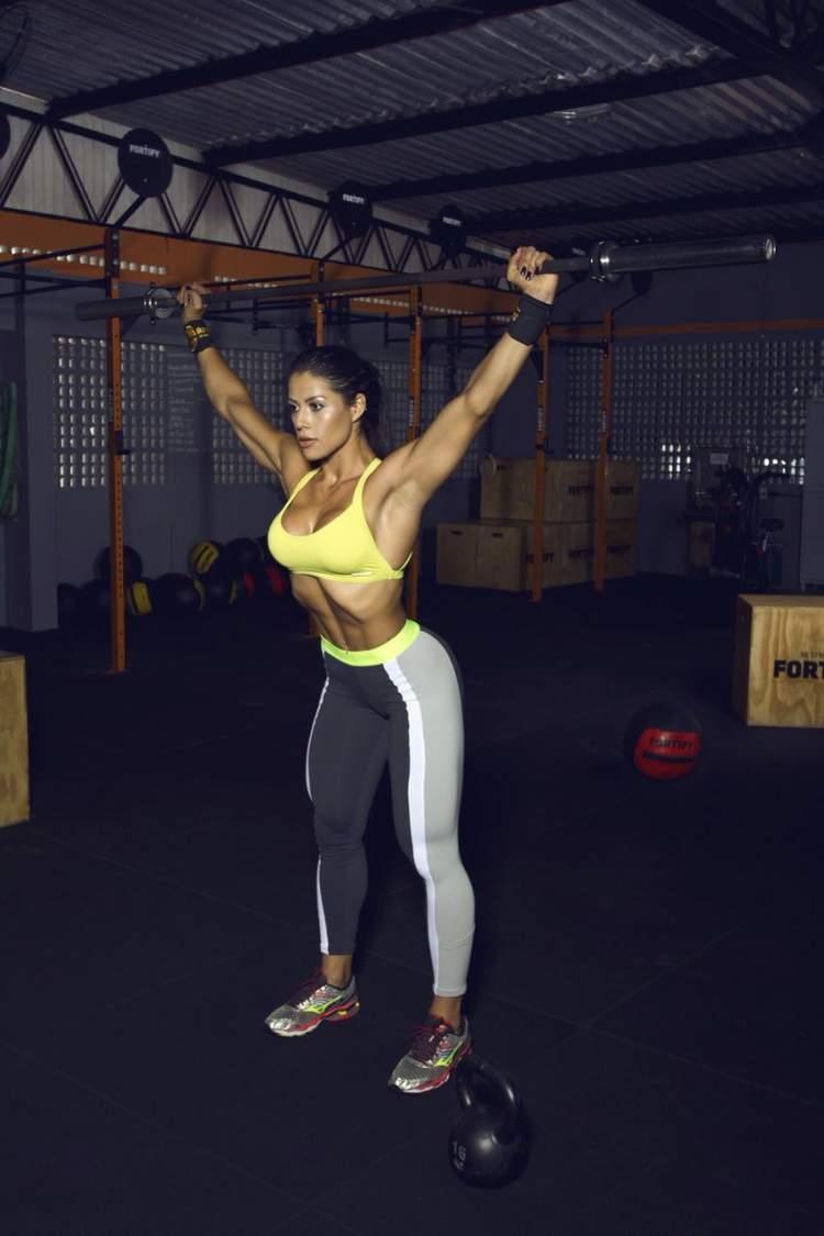 Yasmin Castrillon treinando na academia