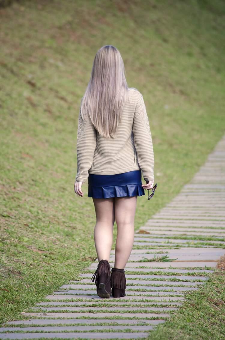 blusa de tricot com saia de couro são tendências da moda outono/inverno 2017