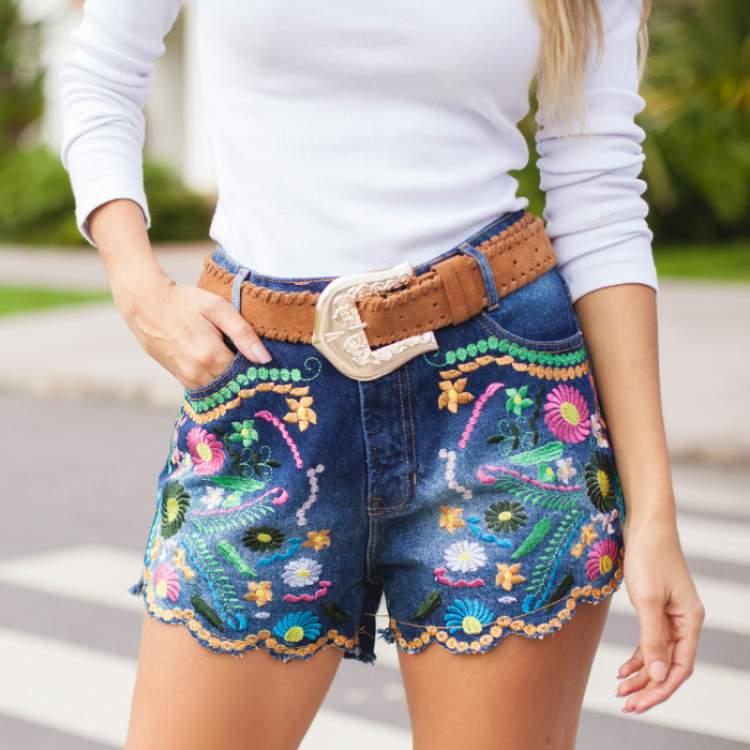 shorts jeans bordado é uma das tendências da moda verão 2017