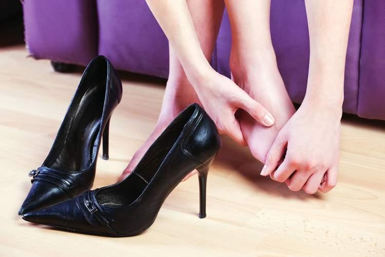 Aprenda 7 maneiras infalíveis para amaciar sapatos apertados