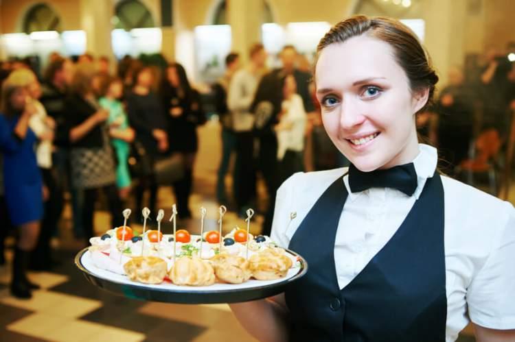 Mulher trabalhando na festa de casamento