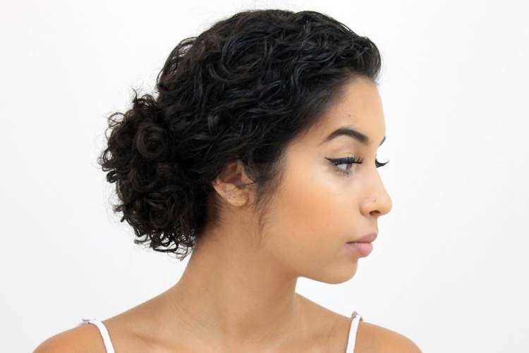 coque em cabelo curto e cacheado