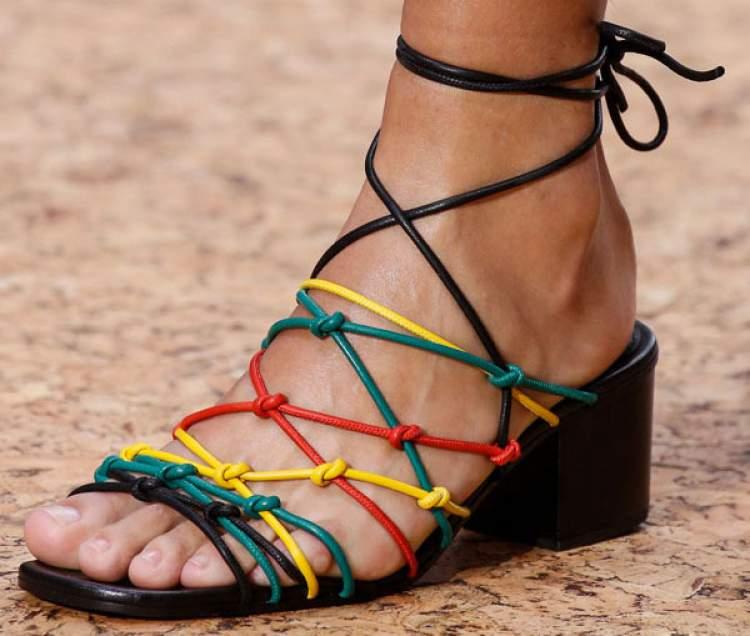 Sandália de tiras é uma grande tendência da primavera 2017