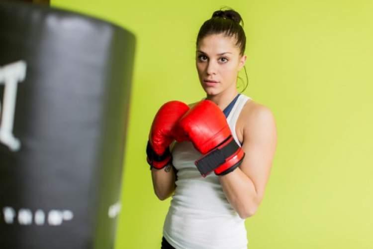 Exercícios de socar o saco estão no treino da Cantora Anitta