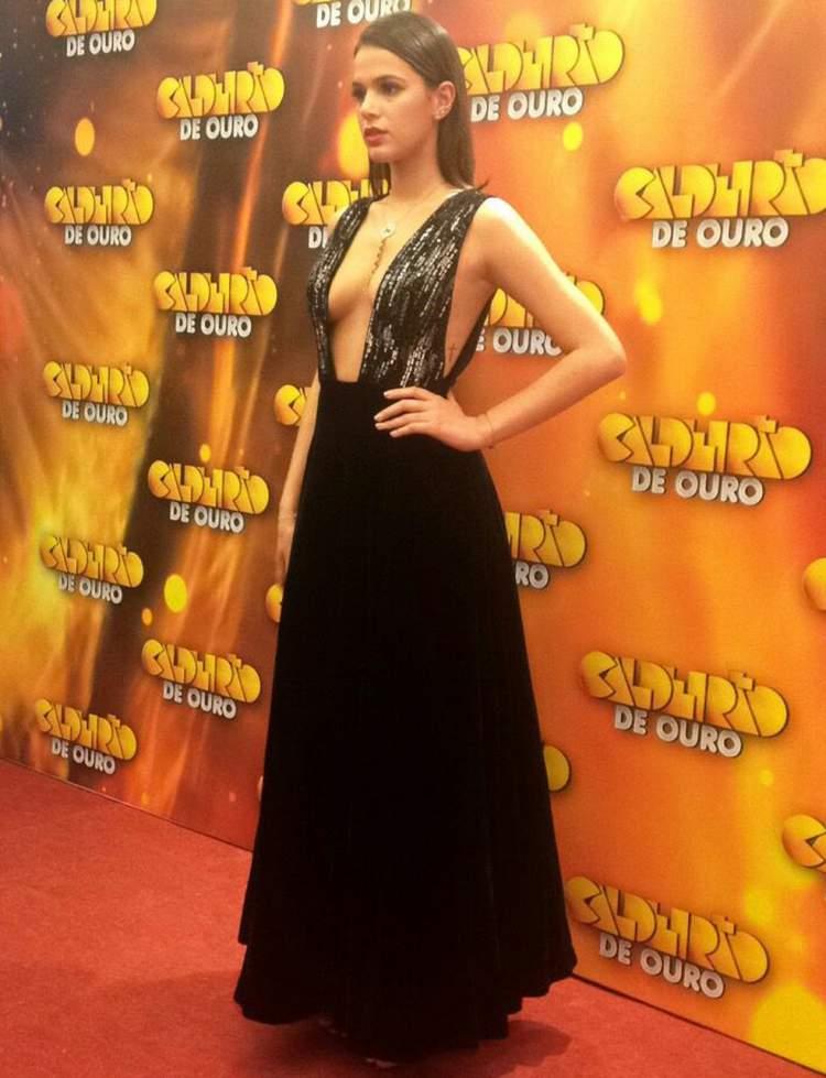 Bruna Marquezine usando Vestido decotado Armani no Caldeirão de Ouro