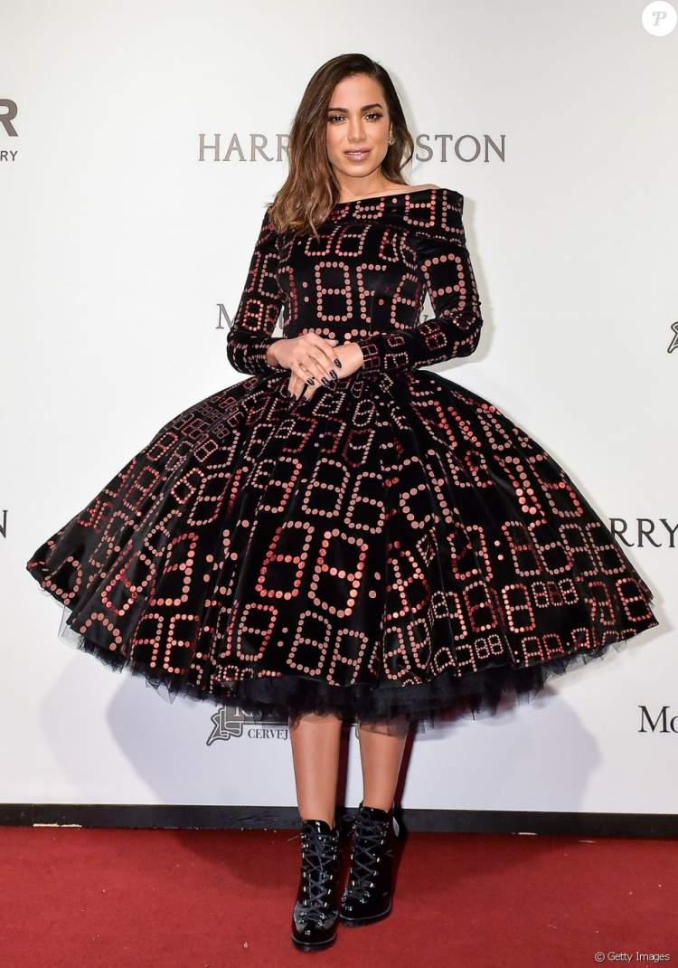 Look lacrador da cantora Anitta: O vestido Mocchino na noite de gala da amfAR