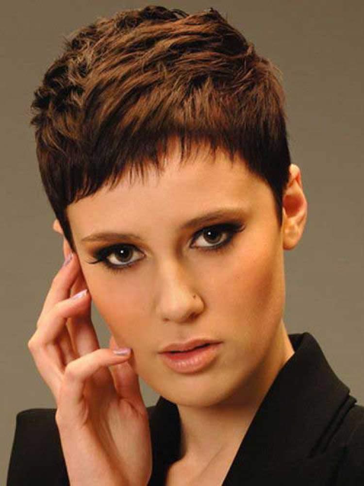 Joãozinho com camadas é um dos cortes de cabelo para ficar elegante sem esforço