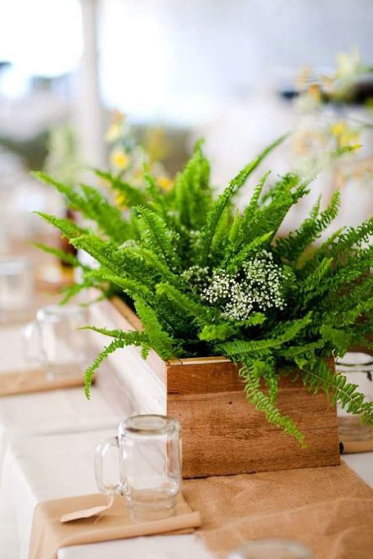 Arranjo de folhagens para decoração de casamento