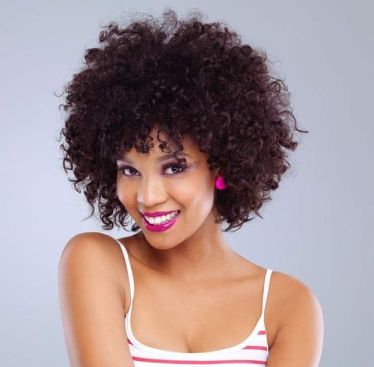 Corte curto repicado está entre as tendências para cabelos cacheados 2018