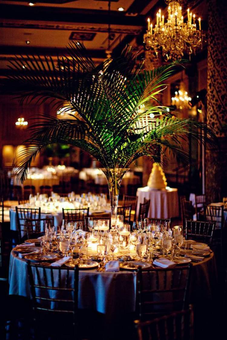 Decoração de festa de casamento com folhagens
