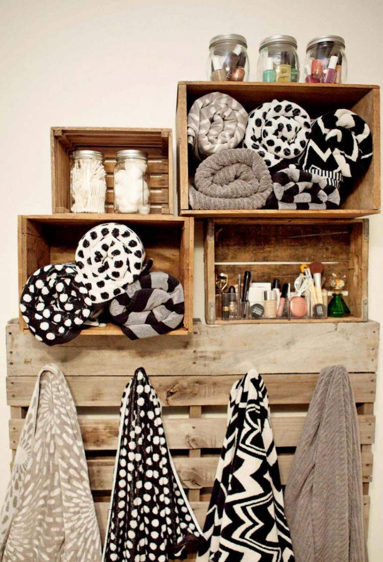 Armário de toalhas de caixas de madeira para deixar um banheiro pequeno mais espaçoso