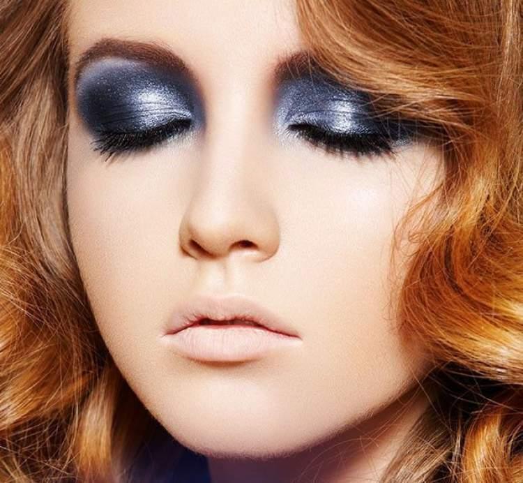 Olho esfumado com sombra colorida é uma das Ideias de maquiagem para fazer em pouco tempo