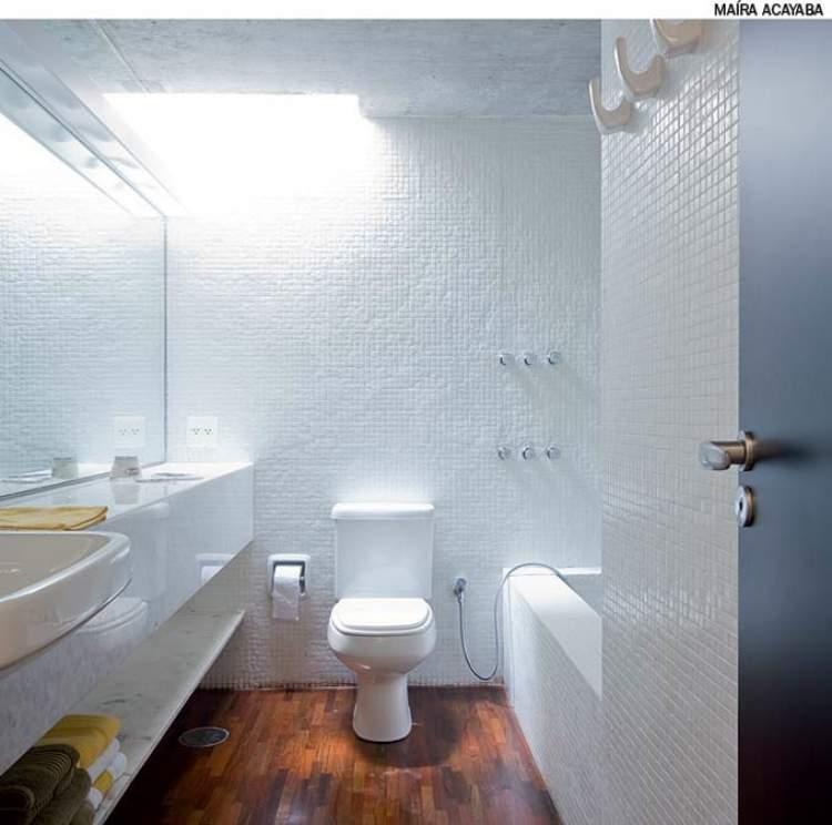 Dicas de iluminação para deixar um banheiro pequeno mais espaçoso