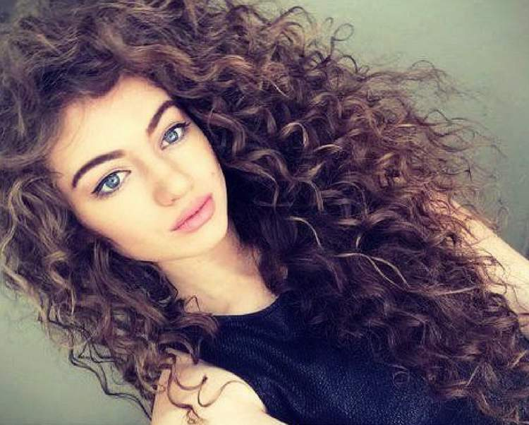 Saiba como realçar a beleza dos cabelos cacheados